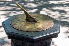 Cadran solaire en laiton sur un support en pierre Photographie stock libre de droits
