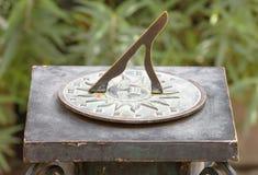 Cadran solaire romain antique dans le jardin Image libre de droits