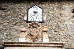 Cadran solaire sur la façade d'une vieille maison Photos stock