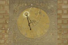 Cadran solaire sur la vieille construction de ville à Varsovie Photo stock