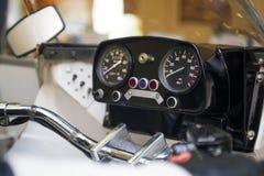 Cadrans de motocyclette ou de moto, fond Dispositifs sur une parenthèse de direction sur le vélo Tachymètre de motocyclette, tach images libres de droits