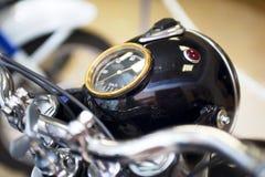 Cadrans de motocyclette ou de moto, fond Dispositifs sur une parenthèse de direction sur le vélo Tachymètre de motocyclette, tach image libre de droits