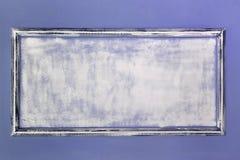 Cadre antique vide blanc fait de gypse dans le style de la Renaissance Le mur est turquoise moulages Fond photo libre de droits