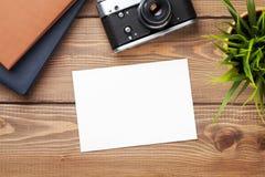 Cadre, appareil-photo et approvisionnements vides de photo Photos stock