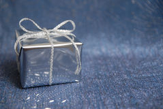 Cadre argenté avec un cadeau Photos stock