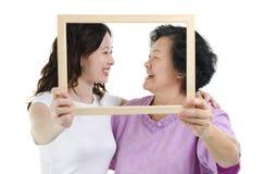Cadre asiatique de photo de mère et de fille Images libres de droits