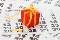 Cadre avec un cadeau sur la feuille de calendrier Photographie stock