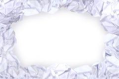 Cadre blanc chiffonné de boule de papier et fond blanc de l'espace de copie, l'espace de copie dans la boule rugueuse de déchets  image libre de droits