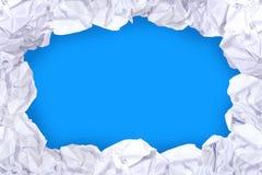 Cadre blanc chiffonné de boule de papier sur le fond de couleur d'écran bleu et d'espace de copie, l'espace de copie dans la boul photo stock