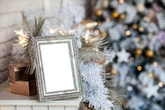 Cadre blanc de photo avec le fond de Noël photographie stock libre de droits