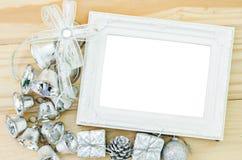 Cadre blanc de photo de vintage vide avec Noël argenté de décoration Image stock