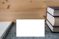 Cadre blanc pour écrire sur le fond des livres et du bloc-notes photos stock