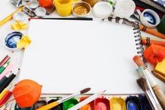 Cadre coloré d'outils de dessin pour le carnet à dessins vide Photo stock