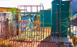 Cadre coloré de s'élever de gymnase de jungle dans l'école maternelle GA de garderie de Soweto photos libres de droits