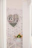 Cadre décoratif avec un amour d'inscription sur un mur Images libres de droits