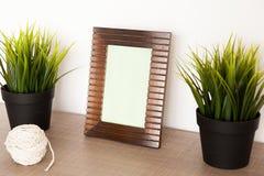 Cadre décoratif de photo au-dessus de blanc photo stock