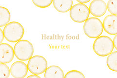Cadre décoratif des cercles des tranches de citron sur un fond blanc D'isolement Cadre décoratif Fond de fruit Photographie stock libre de droits