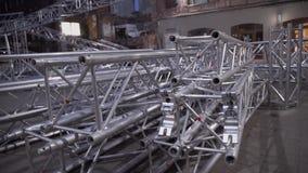 Cadre détaché de la construction énorme d'aluminium d'étape placée parmi de vieilles maisons clips vidéos