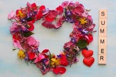Cadre d'été avec beaucoup de belles et colorées fleurs Photo libre de droits