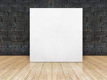 Cadre d'affiche au mur de briques noir et au plancher en bois photos stock