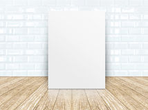 Cadre d'affiche au mur en céramique de tuiles et au plancher en bois Photographie stock libre de droits