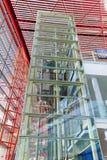 Cadre d'ascenseur couvert de panneaux en verre, aéroport international capital de Pékin Images stock