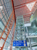 Cadre d'ascenseur couvert de panneaux en verre, aéroport international capital de Pékin Photos stock
