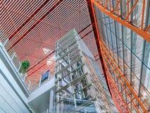 Cadre d'ascenseur couvert de panneaux en verre, aéroport international capital de Pékin Photos libres de droits