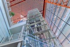 Cadre d'ascenseur couvert de panneaux en verre, aéroport international capital de Pékin Photographie stock libre de droits