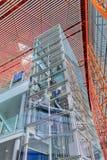 Cadre d'ascenseur couvert de panneaux en verre, aéroport international capital de Pékin Image libre de droits