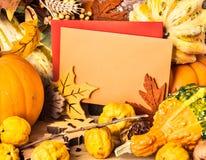 Cadre d'automne autour des cartes de voeux, l'espace des textes Photographie stock libre de droits