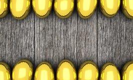 Cadre d'or d'oeufs de pâques sur le fond en bois Photos stock