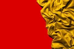 Cadre d'or de tissu de draperie ondulé Fond rouge Photographie stock