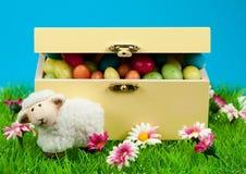 Cadre d'oeufs de pâques et de moutons mignons Image libre de droits
