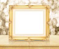 Cadre d'or vide de photo de vintage avec le mur de scintillement de bokeh d'or photo libre de droits