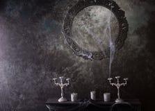 Cadre décoratif et manteau couverts dans les toiles d'araignée Image libre de droits