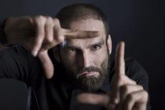 Cadre de bâtiment focalisé d'homme avec des doigts Image stock