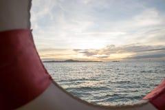 Cadre de balise de vie et coucher du soleil de mer Photographie stock