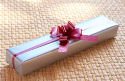Cadre de cadeau argenté avec la proue rose Photos stock
