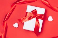 Cadre de cadeau avec des coeurs sur le fond rouge Vue supérieure, configuration plate Concept de greetind de jour du ` s de St Va Photographie stock libre de droits