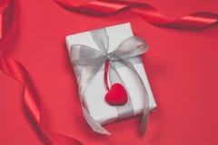 Cadre de cadeau avec des coeurs sur le fond rouge Vue supérieure, configuration plate Concept de greetind de jour du ` s de St Va Photo libre de droits