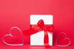 Cadre de cadeau avec des coeurs sur le fond rouge Vue supérieure, configuration plate Concept de greetind de jour du ` s de St Va Image libre de droits