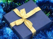 Cadre de cadeau avec la bande d'or Photographie stock libre de droits