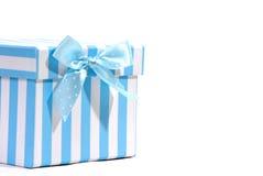 Cadre de cadeau avec la relation étroite bleue et blanche, fond blanc Images stock