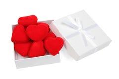Cadre de cadeau blanc avec les coeurs rouges Photo stock
