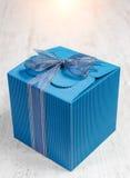 Cadre de cadeau bleu de carton avec le copyspace pour le texte. Photographie stock