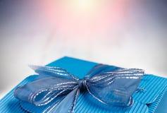 Cadre de cadeau bleu de carton avec le copyspace pour le texte. Image libre de droits
