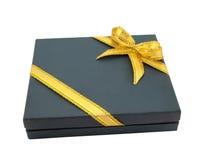 Cadre de cadeau bleu-foncé emballé avec la bande d'or Photos stock
