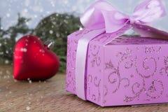 Cadre de cadeau décoré de Noël avec le coeur rouge Photos libres de droits