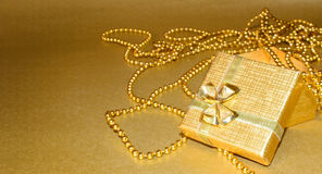 Cadre de cadeau d'or avec la bande d'or Photo stock